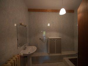 Gîte 4-6 personnes - vue sur salle de bains